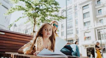 Emma en la calle Gran vía leyendo un libro