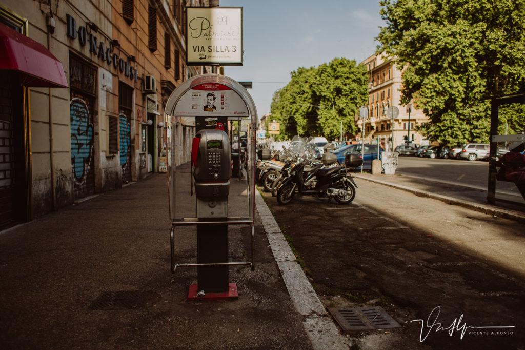 Cabina de teléfono. Paseo fotográfico por la ciudad de Roma
