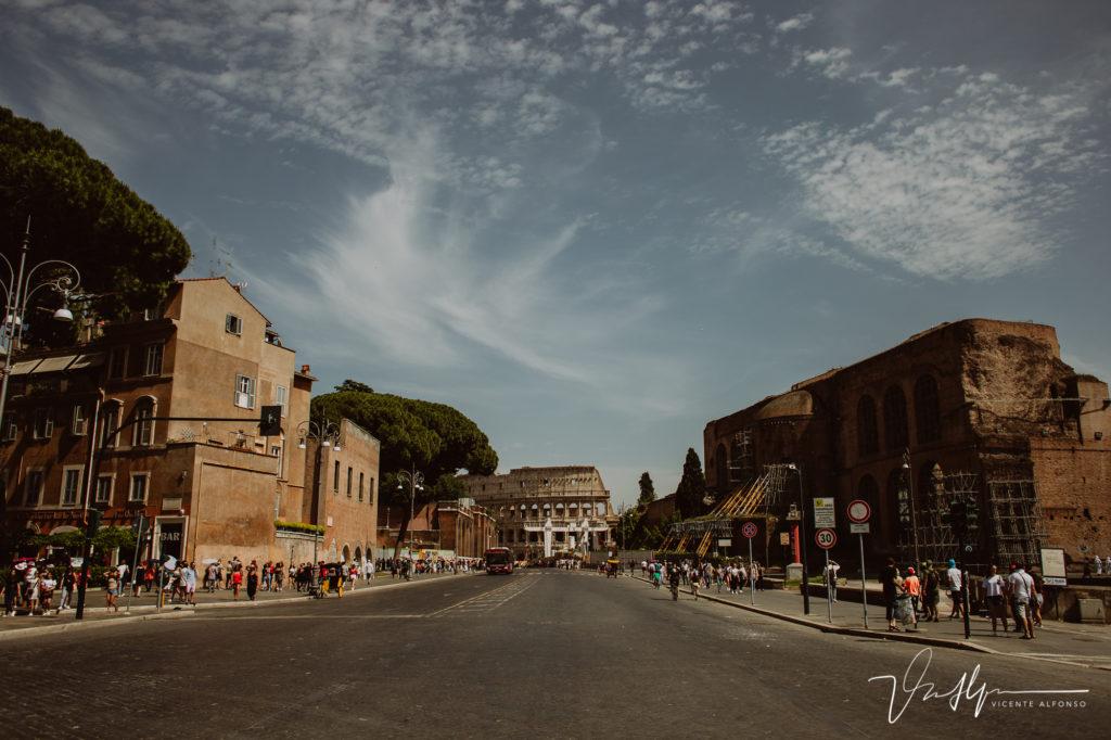 Coliseo Romano al fondo de la calle en Roma.