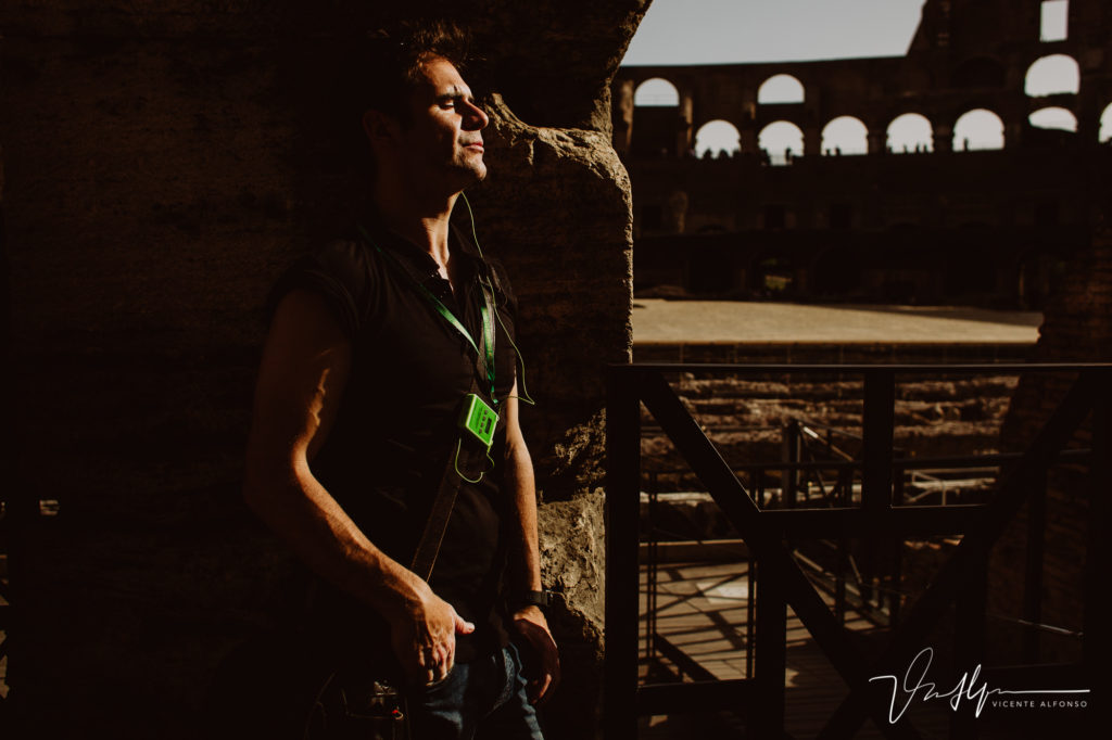 El fotógrafo Vicente Alfonso dentro del Coliseo Romano.