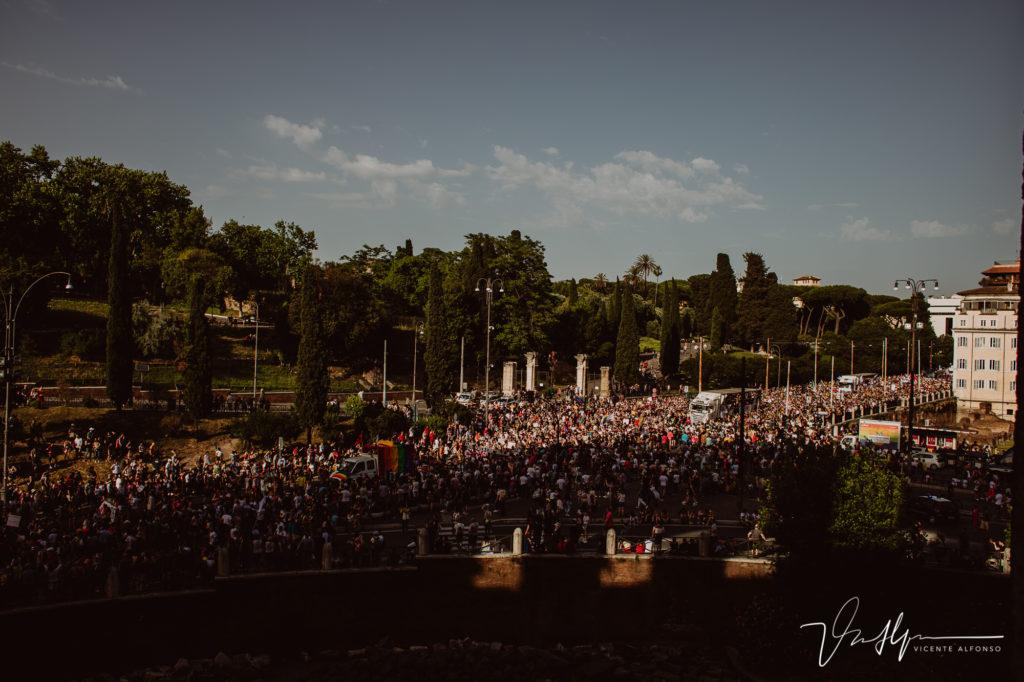 Fiesta del Orgullo gay al lado del Coliseo Romano.