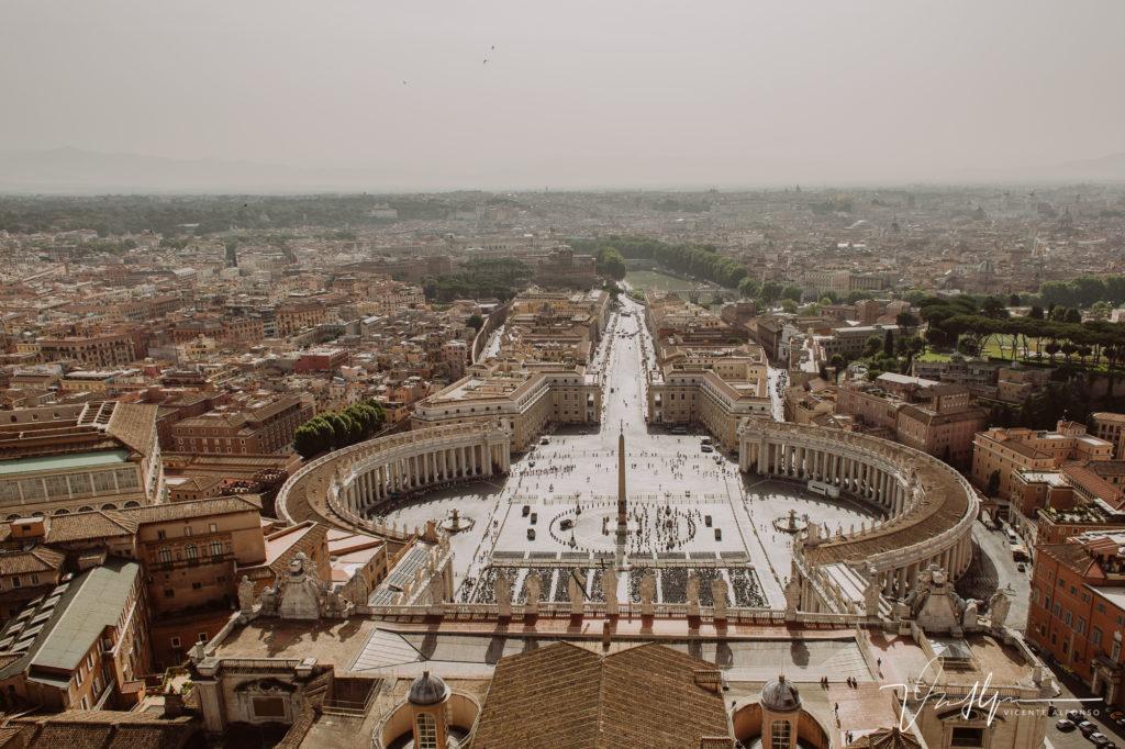 Fotografía aérea desde lo alto del Vaticano. Paseo fotográfico por la ciudad de Roma. Basílica de San Pedro.